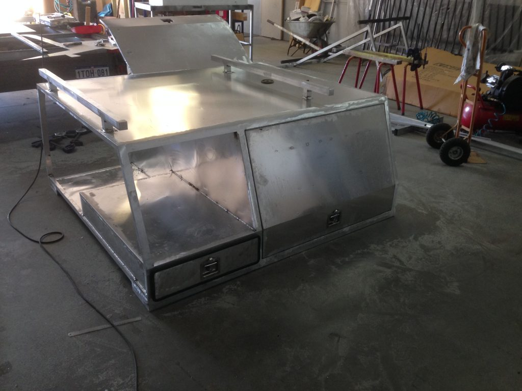 The aluminium camper box clad with alumiunium sheets and attached rood racks for the roof top tent.
